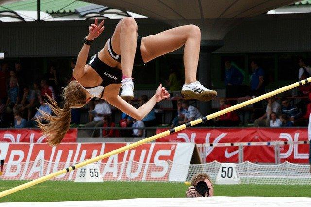 高跳びする女性
